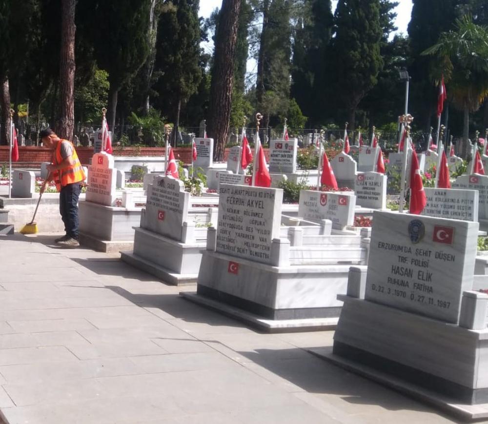 Mezarlıklarda 'Bayram' temizliği